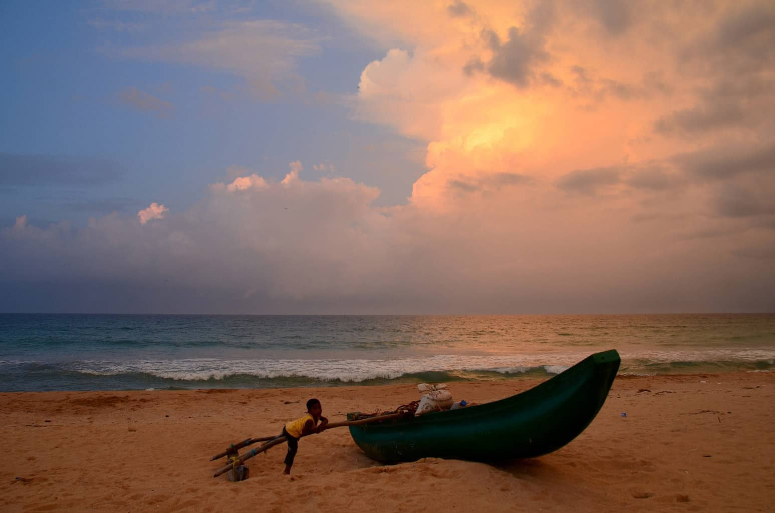 sri-lanka-sunset-beach-boat