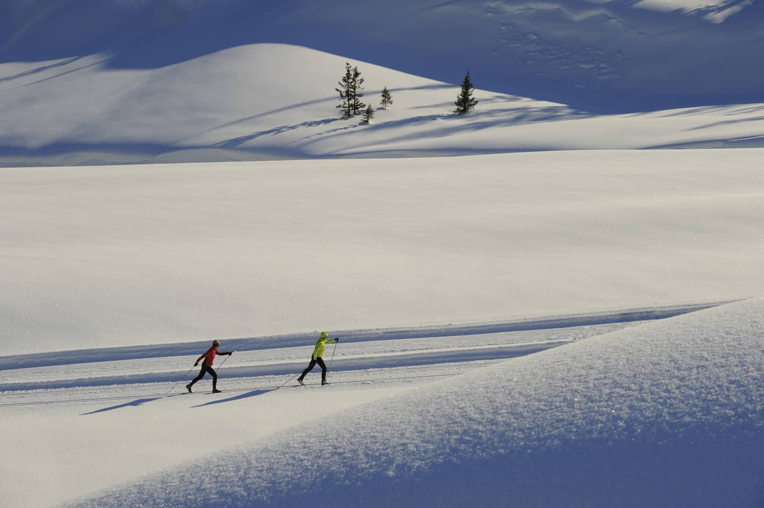 Two people cross country skiing in Lech am Arlberg